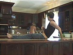 एकपर दो महिलायें, रसोई, मुखमैथुन