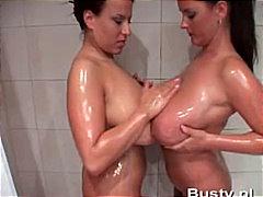 nagy mellek, leszbi, fürdőkádban, barnahajú
