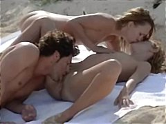трио, слаби, публично, малки цици, целувка, плаж