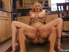 जूलिया एन्न, बड़े स्तन, उन्नत वक्ष
