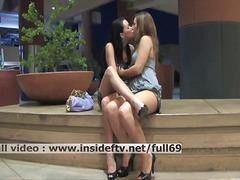 големи цици, публично, лесбийки, целувка