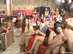 समूह, ढंकी महिला नंगा मर्द