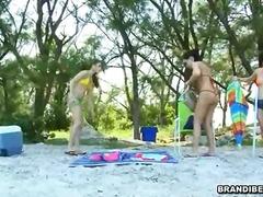 brunettes, réalité, massage, en extérieur, drôles, homme nu et filles habillées
