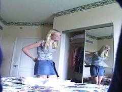 金髪, スパイ, スカート, ベッド, 覗き見, 隠しカメラ, ストリップ