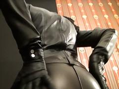 भड़कीले रबर वस्त्र, दबंग औरत