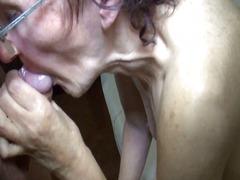 अधेड़ औरत, बुड्ढी औरत, मुह में