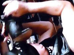 दबंग औरत, भड़कीले रबर वस्त्र
