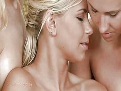 сливи, масаж, олио, лесбийки, целувка, близане